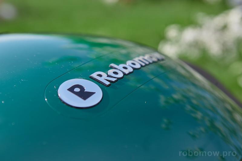 Робот-газонокосилка Robomow на газоне